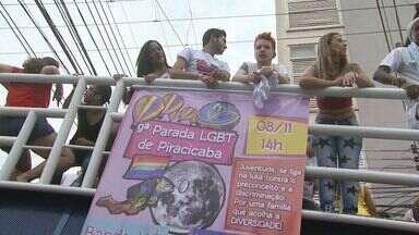 Centenas de pessoas participam de parada gay em Piracicaba - Trios elétricos circularam pela região central da cidade. A Guarda Municipal ficou responsável por fechar o trânsito.