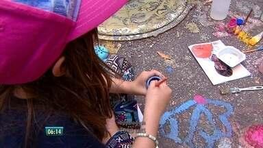 Crianças pintam a rua durante a festa da Vitória Régia, no Recife - Pais e avós entraram na brincadeira.
