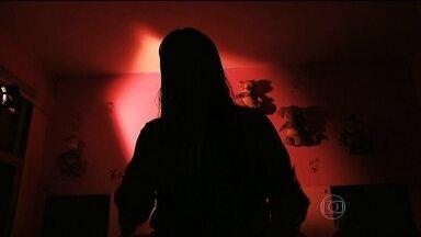 Mapa da violência mostra que Brasil tem, em média, 13 mulheres assassinadas por dia - Pesquisa detalhada sobre a violência contra a mulher vai ser divulgado nesta segunda (9). O estudo revela que um em cada três assassinatos de mulheres é cometido por parceiros ou ex-parceiros e que mais da metade dos crimes acontecem dentro de casa.