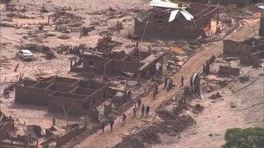 Trabalho de resgate é intenso em distrito de Mariana tomado por lama - No fim se semana, a chuva alagou algumas áreas soterradas após rompimento de duas barragens de mineração.