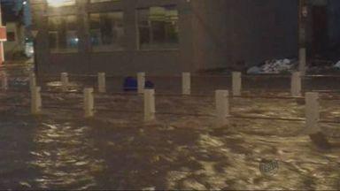 Chuva deixa ponto de alagamento na Avenida da Moda, em Passos (MG) - Chuva deixa ponto de alagamento na Avenida da Moda, em Passos (MG)