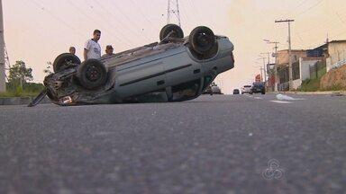 Motoristas ficam feridos em capotamento na Avenida das Torres, em Manaus - Dois carros capotaram na via.