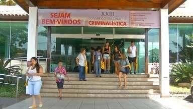 Congresso de Criminalística vai até quinta-feira, em Búzios - Além de palestras, tem a exposição de equipamentos pra ajudar nas investigações, como um aparelho que identifica qual a substância presente em objetos.