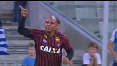 Atlético-PR quebra jejum na Arena e bate o Avaí - Com gols de Walter e Sidcley, Furacão fez 2 a 1 nos catarinenses e voltou a vencer em casa depois de dois meses