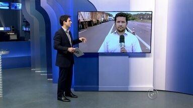 Protesto de caminhoneiros bloqueia parcialmente rodovia de Salto Grande - Caminhoneiros bloquearam parcialmente a rodovia Raposo Tavares (SP-270) na manhã desta segunda-feira (9), na altura do quilômetro 384, em Salto Grande, região de Ourinhos (SP).