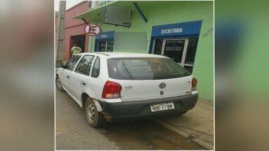 Carro do Governo estaciona em local proibido em Porto Velho - Telespectador flagrou o carro que também está ocupando parte da calçada.