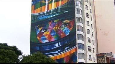 """SP ganha mural gigante em homenagem ao piloto Ayrton Senna - O trabalho, do artista plástico Eduardo Kobra, ocupa a lateral inteira de um prédio na Rua da Consolação, próximo à Avenida Paulista. O painel """"A Lenda do Brasil"""" retrata o rosto de Senna, que morreu há 21 anos."""
