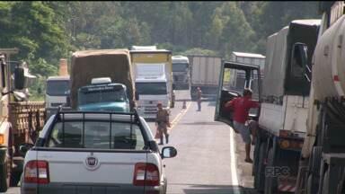 Rodovias federais e estaduais seguem bloqueados no Paraná - As rodovias estão parcialmente bloqueadas devido à protestos e manifestações.