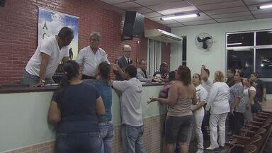Empresa que assumiu administração do Hospital de Cubatão não pagou salários a funcionários - Ao todo, profissionais estão há três meses sem receber. Na noite de segunda-feira, eles participaram de uma assembléia para discutir o assunto.