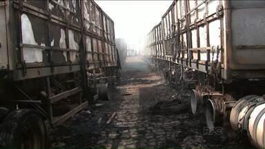 Incêndio atinge sete caminhões estacionados em posto - O fogo começou às duas e meia da madrugada, no pátio de um posto de combustível às margens da BR 376, em Mauá da Serra. Ninguém ficou ferido.