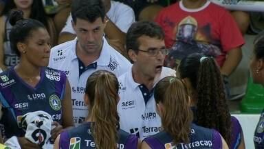 Brasília estreia na Superliga e vence Valinhos por 3 sets a 0, com insatisfação do técnico - Mesmo com vitoria, treinador Brasiliense não fica satisfeito.