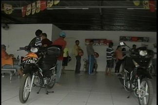 Grupo encontra dificuldades para emplacar motos cinquentinhas - Um dia antes de encerrar o prazo para o emplacamento das cinquentinhas, o grupo ainda não recebeu da loja o documento de registro do veículo.