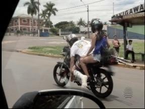 Com a perna engessada homem pilota mota em Presidente Prudente - Flagrante foi feito na Avenida Manoel Goulart.