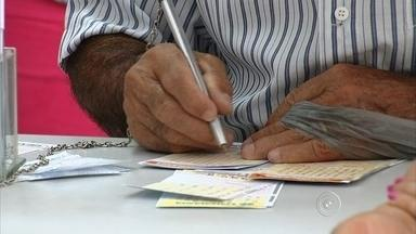 Crise causa queda nas apostas nas lotéricas na região de Sorocaba - Prêmio da Mega Sena pode pagar 55 milhões de reais nesta terça-feira (10). Apesar de ser o sonho de várias pessoas, muita gente deixa de fazer apostas nas casas lotéricas para economizar.