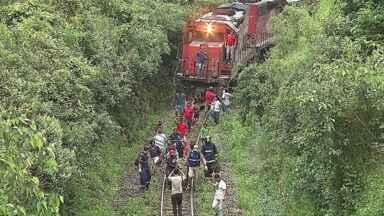 Carro é atingido em cheio por trem, no Bairro Palmeirinha - Havia dois ocupantes do carro e um deles se feriu