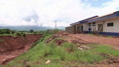 Creche em Tuneiras do Oeste é construída ao lado de uma enorme erosão - O prefeito da cidade, Luiz Antônio Krauss, diz que o local é seguro é vai continuar a obra. Mas a cratera só cresce a cada chuva.