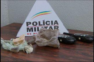 Dupla é detida por suspeita de tráfico de drogas em Divinópolis - Homem e jovem foram detidos no Bairro Alto São João de Deus. Ocorrência foi nesta terça-feira (11).