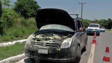 Carro pega fogo e é encontrado com drogas em rodovia de MS próximo a Bolívia - O motorista estacionou no acostamento e logo a Polícia Rodoviária Estadual (PRE) chegou para prestar socorro. O fogo vinha de tabletes de cocaína escondidos no motor do veículo.