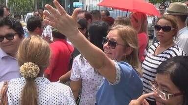 Professores e alunos da UEA fazem protesto contra corte de orçamento - Manifestação ocorreu na sede do Governo e reuniu cerca de 100 pessoas.