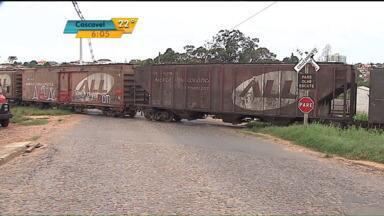 Trem bate em carro com duas pessoas na região de Ponta Grossa - Duas pessoas ficaram feridas.