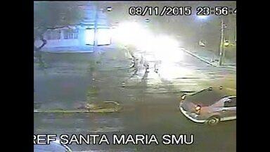 Câmeras de segurança mostram jovem esfaqueado em briga de trânsito - O jovem, de 23 anos, levou uma facada no tórax.