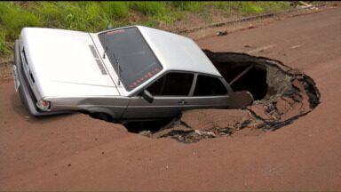 Carro é 'engolido' por buraco em rua de Maringá, no norte do Paraná - Carro é 'engolido' por buraco em rua de Maringá, no norte do Paraná