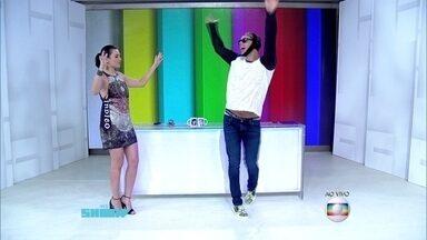 Otaviano Costa mostra samba no pé no estúdio do Vídeo Show - Monica Iozzi imita porta-bandeira
