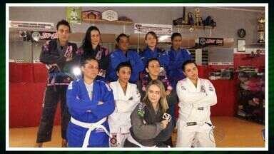 Mulheres se unem para aprender jiu-jitsu - Mulheres se unem para aprender jiu-jitsu