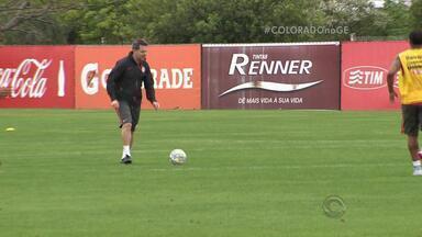 Argel busca volantes para vagas de jogadores flagrados no antidoping - Técnico aproveita parada no Brasileirão para testar esquema com três zagueiros.