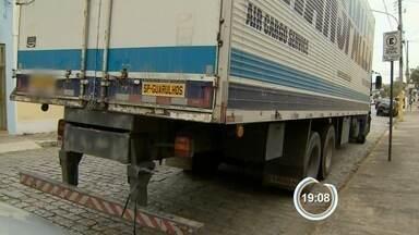 Quadrilha roubou mercadoria da Receita na Dutra - Pelo menos dez criminosos renderam os funcionários de uma transportadora.