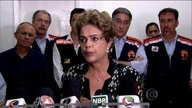 Presidente Dilma Rousseff sobrevoou as áreas atingidas em Mariana - Depois, ela seguiu para Governador Valadares, no leste do estado, e viu os estragos causados no Rio Doce.