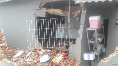 Caminhão atinge casa em Bom Jesus dos Perdões - Ninguém ficou ferido.