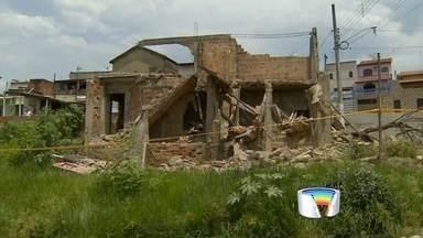 Três ficam feridos após desabamento de laje em Cruzeiro - Eles cumpriam ordem judicial para demolir casa abandonada.