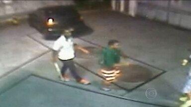 Polícia de São Paulo tenta identificar assassino de um torcedor do Santos - Dupla espancou dois torcedores. Uma das vítimas, Gerson Ferreira Lima, taxista de 34 anos, morreu no hospital nesta quarta (11) à noite.
