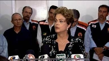 Dilma sobrevoa área do desastre da lama em Minas Gerais - Presidente diz que o Ibama vai aplicar uma multa preliminar de R$ 250 milhões. Moradores de Governador Valadares estão sem água desde segunda-feira (9).