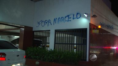 Torcedores protestam em frente à casa de Marcelo Santana, presidente do Bahia - Muros do prédio chegaram a ser pichados.