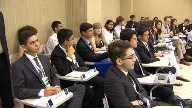 Alunos do ensino médio simulam reuniões da ONU em universidade do Rio - Estudantes e universitários discutem assuntos de interesse mundial