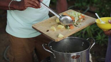 Hoje é dia de...Curaçao - No mercado flutuante, o apresentador Alexandre Henderson ajuda a preparar o Yuana, um ensopado de iguana típico de Curaçao
