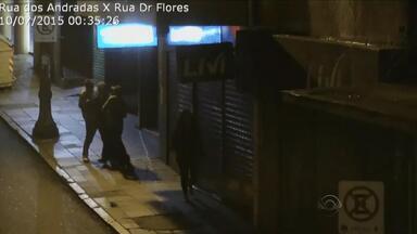 Imagens mostram assaltantes atacando pedestres no Centro de Porto Alegre - Desde o início de 2015, polícia contou com a tecnologia para prender quase 300 criminosos.