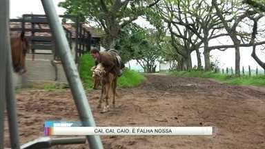 Falha nossa! Caio Paduan cai do cavalo em gravação de Além do Tempo - Ator se desequilibra durante a gravação da novela