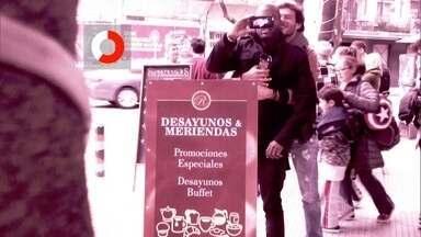 Nos bastidores do 'Desafiados', Nando Rodrigues abraça Rafael Zulu - Gabriela Pugliesi faz brincadeira com o gesto de carinho entre os atores