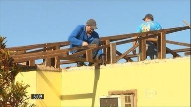 Moradores começam a reconstruir cidade atingida por um tornado no PR - Casas foram destelhadas e muita coisa ficou destruída em Marechal Cândido Rondon.