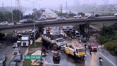 Caminhão carregado com açúcar tomba na Marginal Pinheiros - O acidente provocou interdição de quatro faixas expressas no sentido Interlagos da marginal.