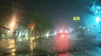 Cidade do Rio de Janeiro entra em estágio de atenção por causa da chuva - Uma forte chuva, que começou na madrugada desta segunda-feira (23), deixou o trânsito mais lento em vários pontos da cidade. Bolsões de água se formaram em diversas ruas.