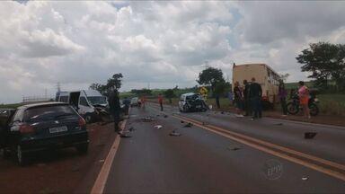 Motorista morre após colisão com 4 veículos em rodovia entre Miguelópolis e Ituverava - Batida envolveu dois carros, uma van e um ônibus, que não conseguiu frear. A pista precisou ser interditada.