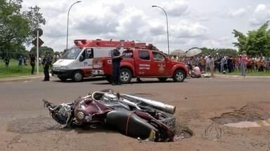 Motociclista morre após ser atingida por caminhonete em Campo Grande - O veículo era conduzido por assaltantes que fugiam da polícia. O filho da motociclista que morreu no acidente estava na garupa e teve ferimentos na perna e no rosto.