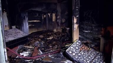 Incêndio destrói loja de móveis usados em Contagem, na Grande BH - Loja estava fechada quando vizinhos perceberam fumaça no local.