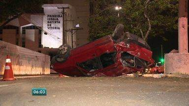 Carro capota na Avenida Beira Mar, em Vitória - Veículo foi atingido na traseira. Acidente aconteceu neste domingo (22).