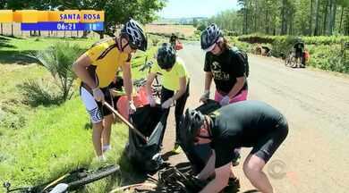 Ciclistas fazem mutirão de limpeza na RS-218 em Santo Ângelo - O grupo ainda distribuiu sacolinhas aos motoristas que passaram.