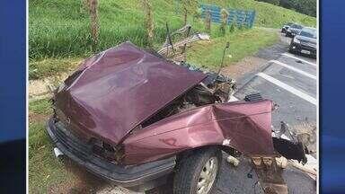 Carro fica partido ao meio e motorista sobrevive na BR-459, próximo a Pouso Alegre (MG) - Carro fica partido ao meio e motorista sobrevive na BR-459, próximo a Pouso Alegre (MG)